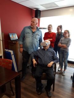 Oudere man met VR bril
